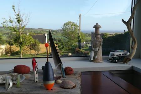 Maison surplombant la mer, Presqu'île de Crozon