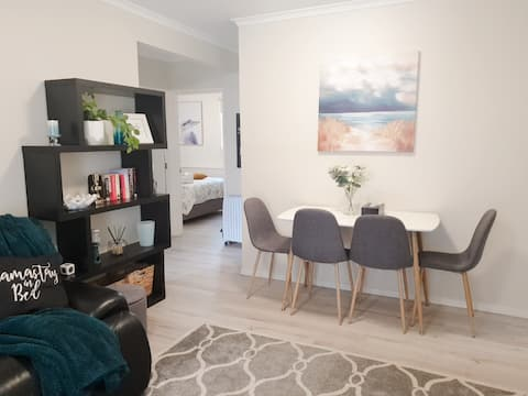★ Modern & Homely Suite with Secure Parking ★