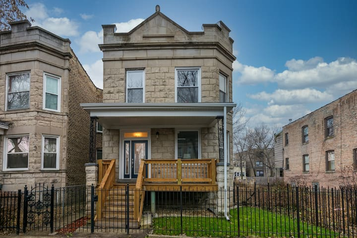 Huge 5BD Duplex in Lively Humboldt Park