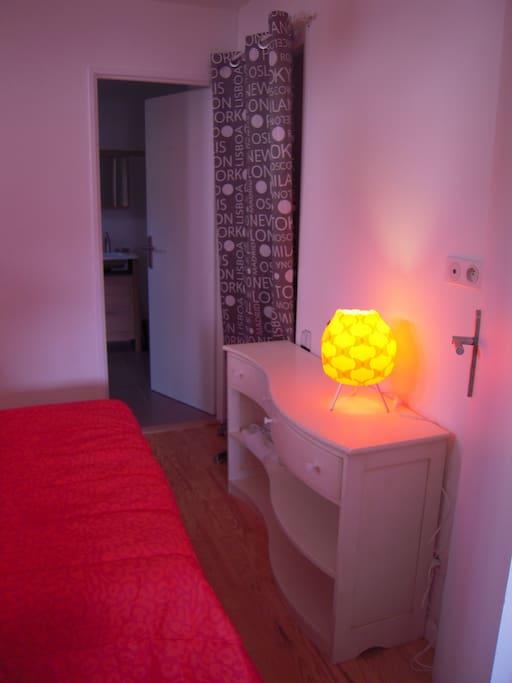 Chambre séparée avec lit 140 matelas grand confort et sa TV et son dressing