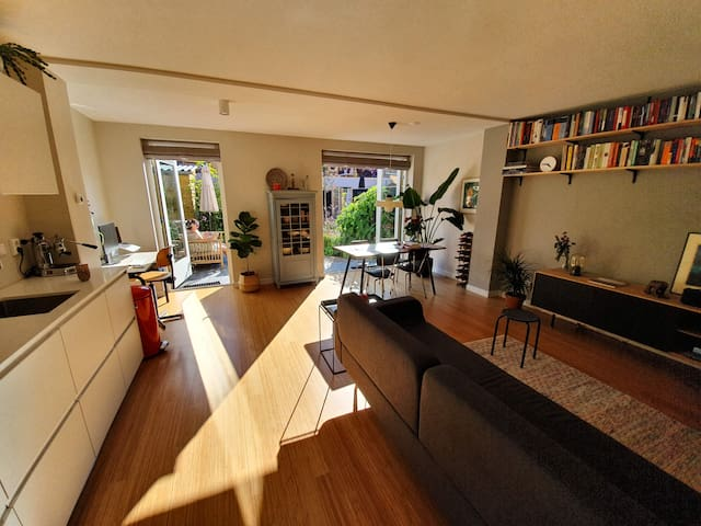 Lovely, warm spacious house with a private garden!