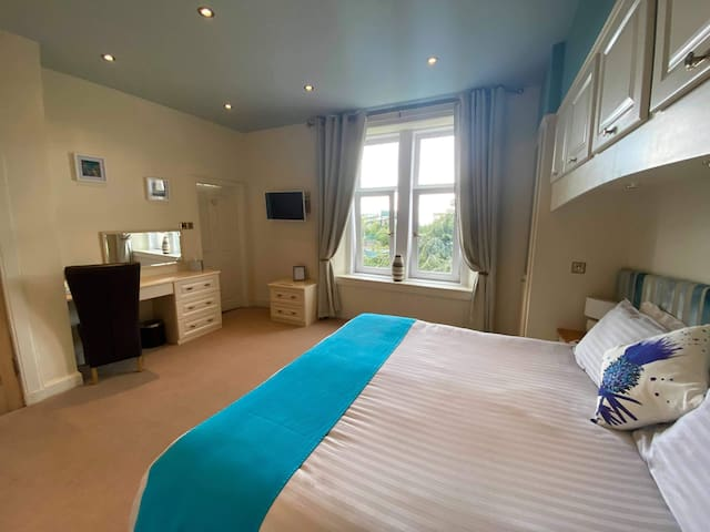 Bedroom 2.. Garden facing, upstairs ensuite bedroom. Can be made up as twin singles or a superkingsize bed.