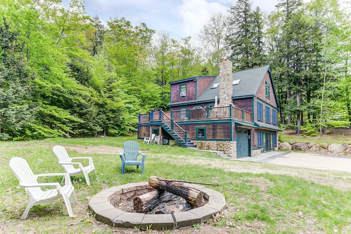 Beautiful mountain home w/free WiFi, private hot tub, firepit - near ski resort!