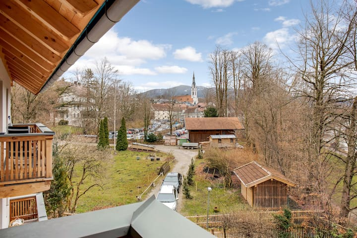 """Charming Apartment """"Ferienwohnung Eiche"""" with Mountain View, Wi-Fi, Balcony & Garden; Parking Available"""