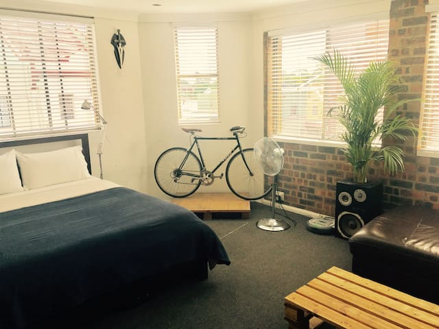 HUGE Sunny Room, CAT, Air Con, Private Lounge Area - Lewisham - Daire