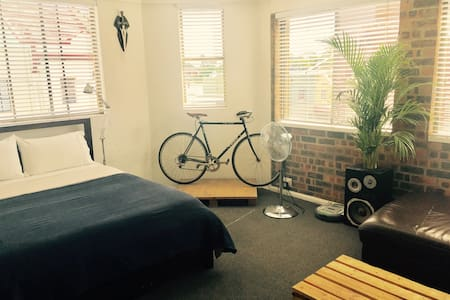 HUGE Sunny Room, CAT, Air Con, Private Lounge Area - Lewisham - 公寓