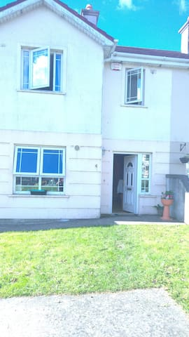 2 lovely rooms available in a large spacious house - Enniscorthy - Hus