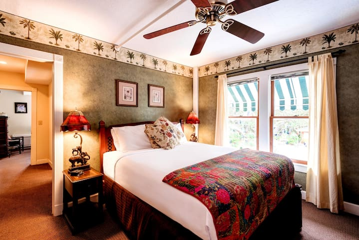 Casablanca Suite - The Historic Peninsula Inn