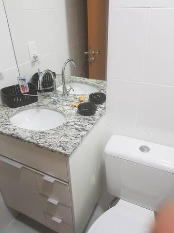 Quarto c/ cama casal e banheiro privativo ecoville
