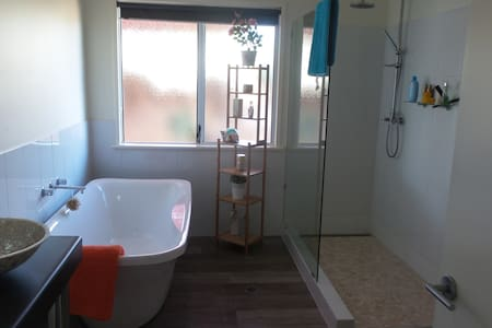 Ocean views, pool, bath and shower - Geraldton