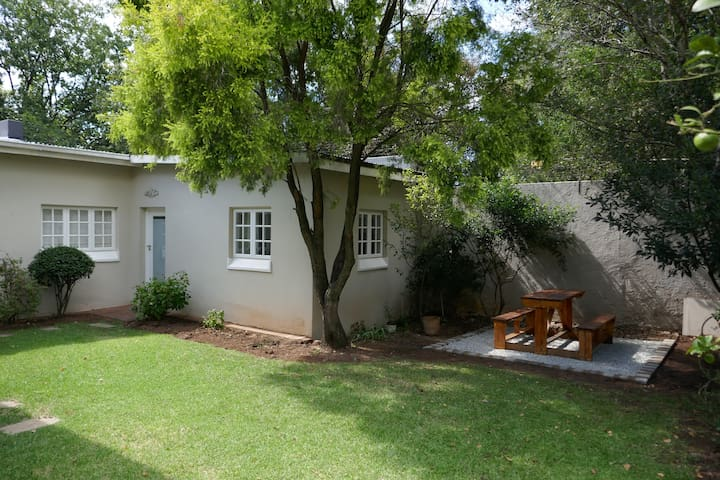 Garden cottage in Parkhurst w/ use of pool