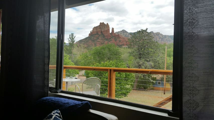 Loft studio with deck & mnt views - Sedona - Apartment