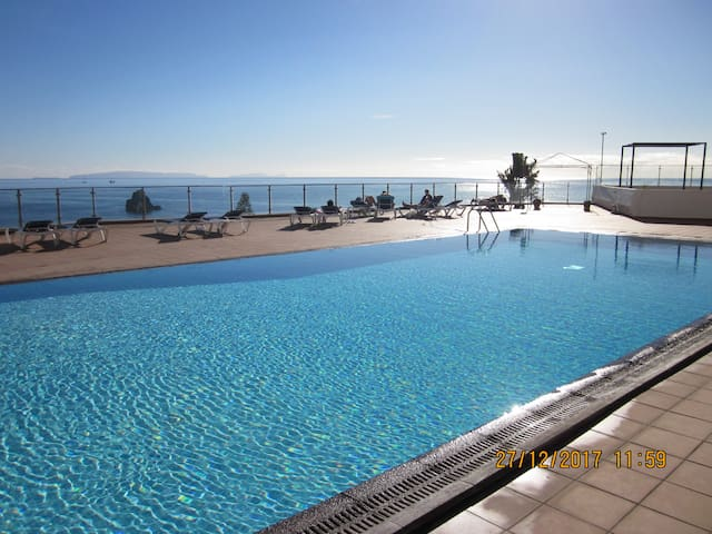 Funchal waterfront apartment with swimming-pool