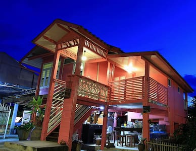 R-Lampang Guest House Family home with bacony - Suan Dok - Penzion (B&B)