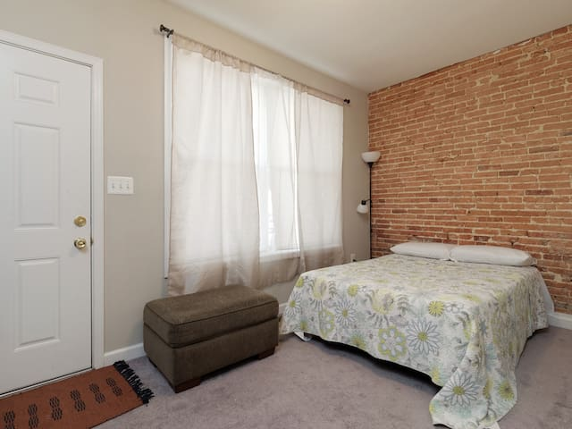 Room and living room in the heart of federal hill