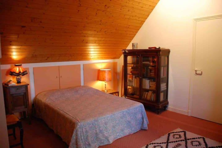 Une chambre à l'étage.