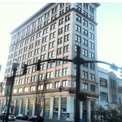 Evansville's 1st Sky Scraper - Evansville - Apartment
