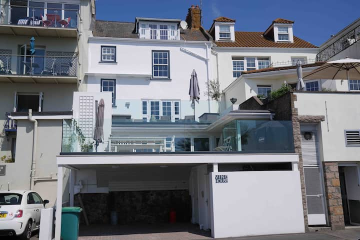 Vine House, Luxury Entertainers Home