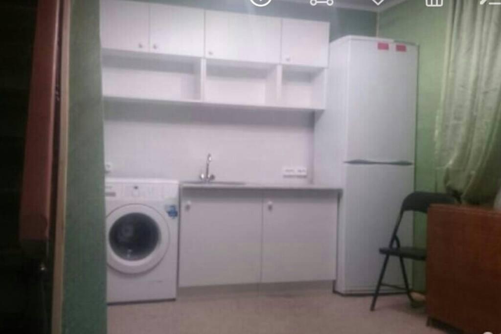 Еа первом этаже сразу же глазам предстаёт общее помещение, включающее в себя холодильник, кухонный гарнитур, стиральную машину. Здесь же ныне находится и раскладывающийся диван, обрамлённый закрывающимися шторками. Слева от стиральной машины расположен вход в туалет (там же и душ).