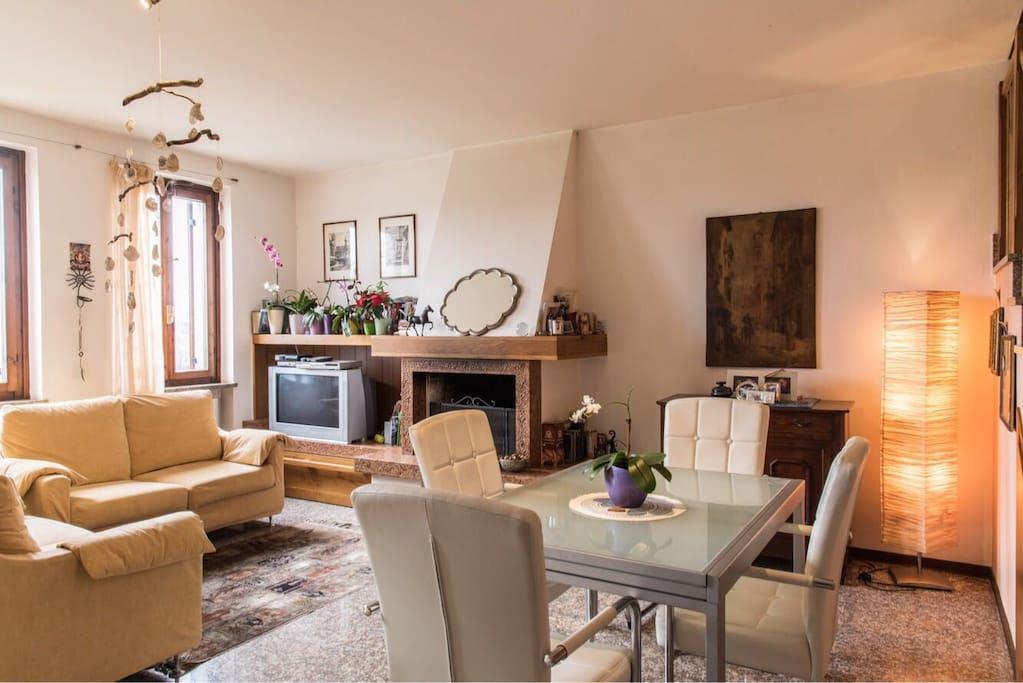 Questo e' il soggiorno/cucina, molto luminoso e affacciato sulla campagna