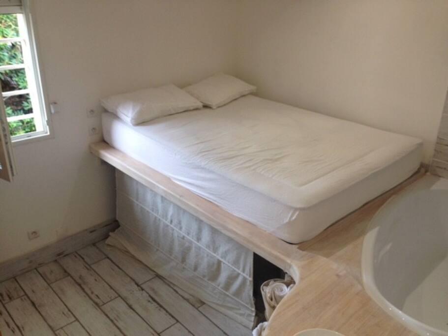 Le lit est sur une estrade en bois ( facile d'accès, petite marche à disposition si besoin )