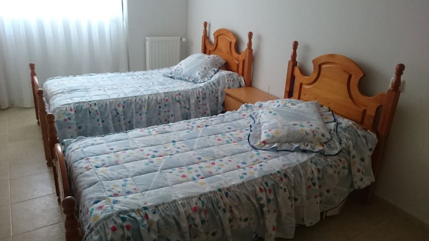 Twin bed in private room in quite area. - Guadalajara - Leilighet