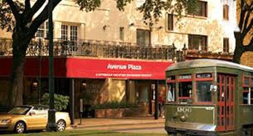 JazzFest Suite Sleeps 4-Street Car! - New Orleans - Condominium