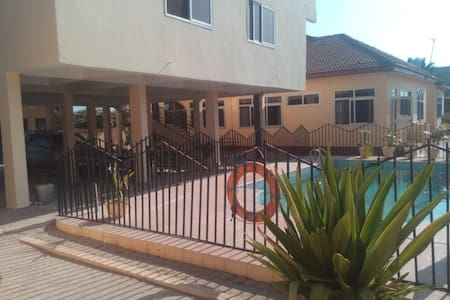 Modern furnised villa 1 bed self contained Pool V7 - Accra