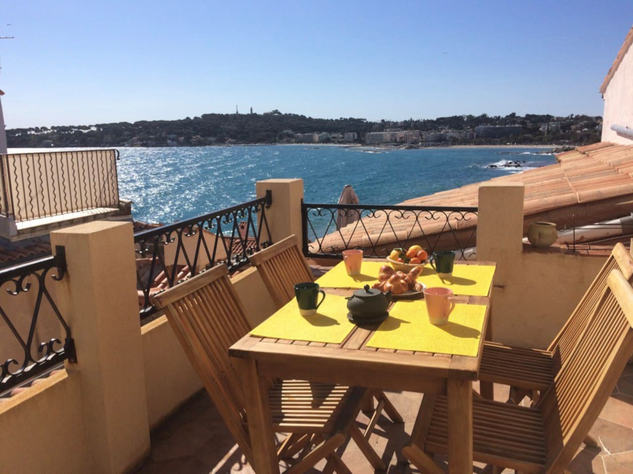 Petit déjeuner au soleil face à la baie de la Salis