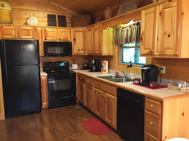 Great Location, sleeps 5...Super Clean, Over 100 5-Star Reviews!
