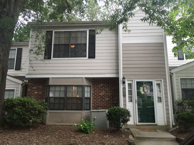 Clean, family-friendly townhome. - Raleigh