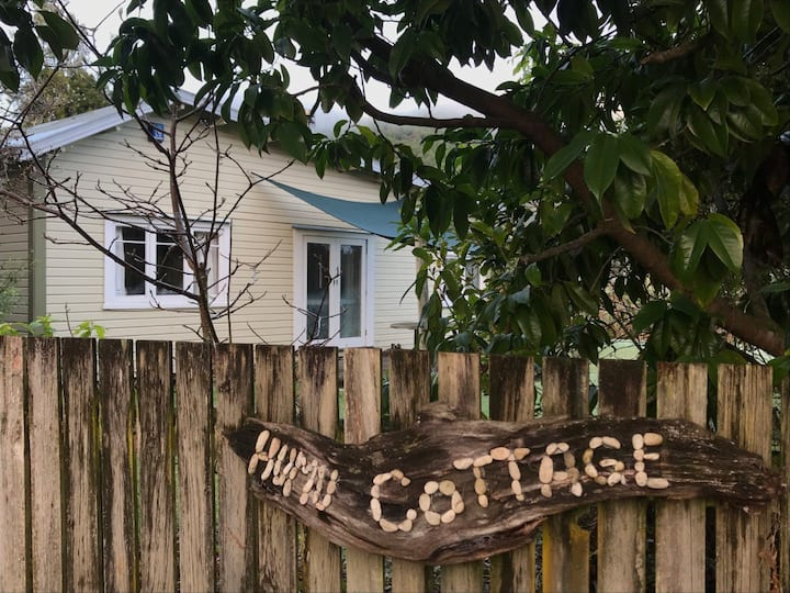 Humu Cottage - Kiwi Bach with thermal Hot Pool