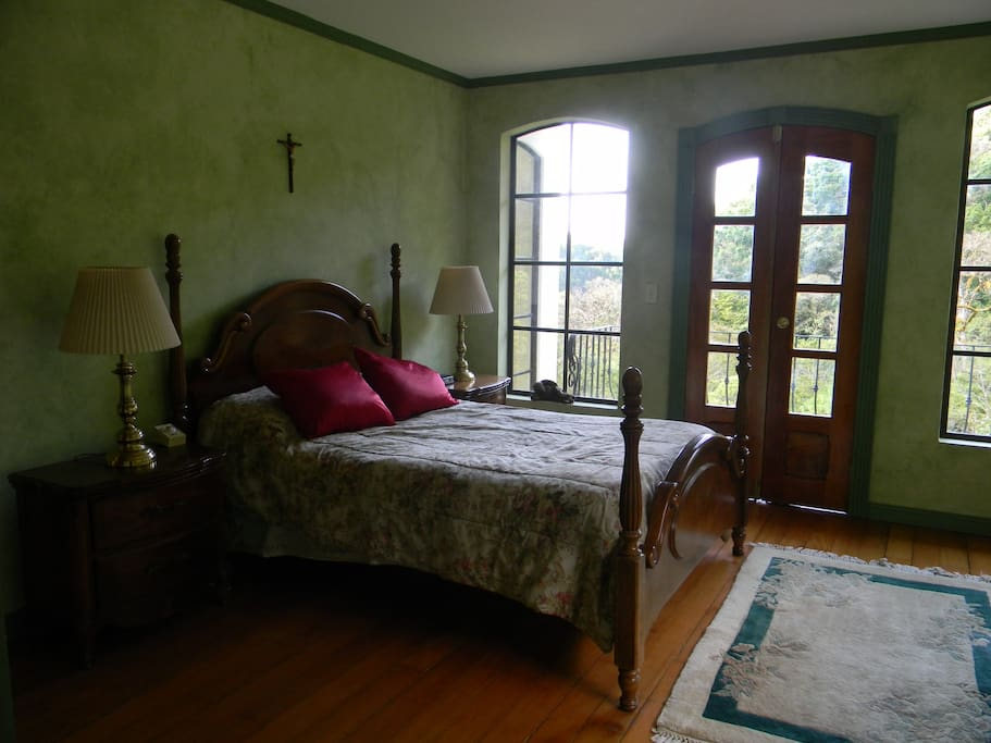 Private, cozy room in the main house  furnished with a double bed, its own bathroom and plenty of hot water.  Breakfast is included with single or double occupancy. US $85 double occupancy per night (breakfast included)