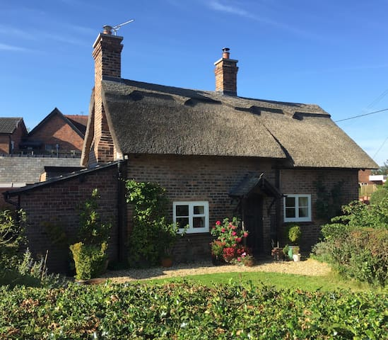 Charming Grade 2 listed, thatched cottage