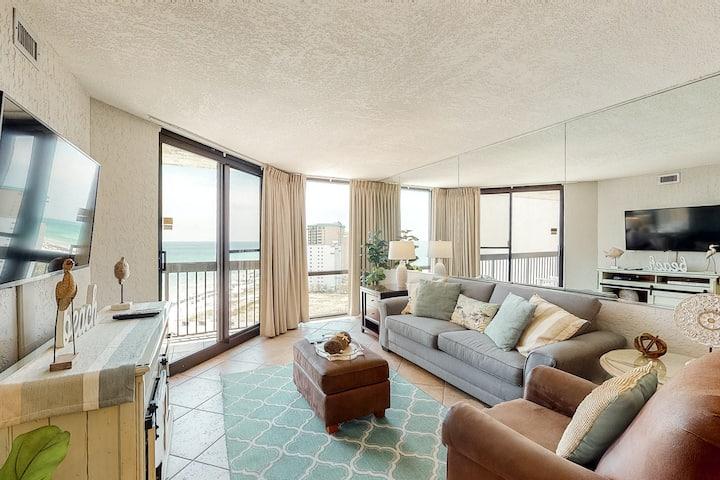 17th Floor Comfortable Condo, Splash pad w/ multiple pools, On-site bar