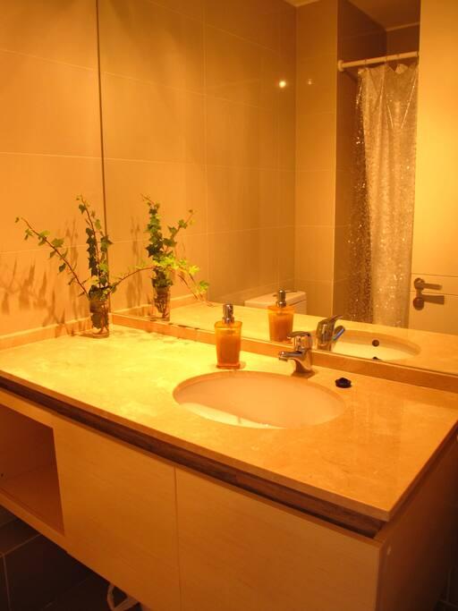 Detalle de uno de los 2 baños.