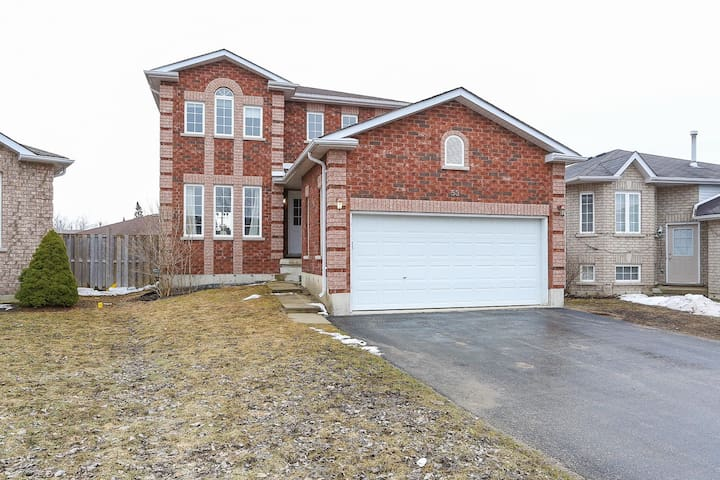 1 or 2 bedrooms in a great home - Barrie - House