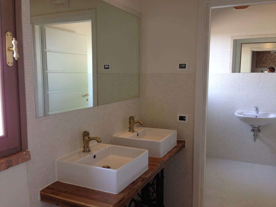 Bagno clienti con doppio lavabo realizzato con telai in ghisa Singer