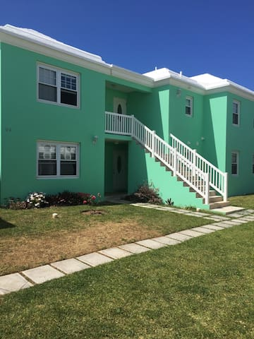 Modern 2 Bedroom, 2 Bath in Beautiful Bermuda!