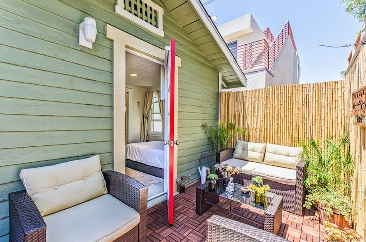 """Conchal Cottage"" 2 min walk to beach! LRG Patio"