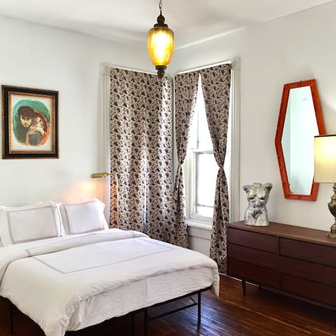The Judges Mansion: Mid Century Modern Suite - Columbus - Apartment