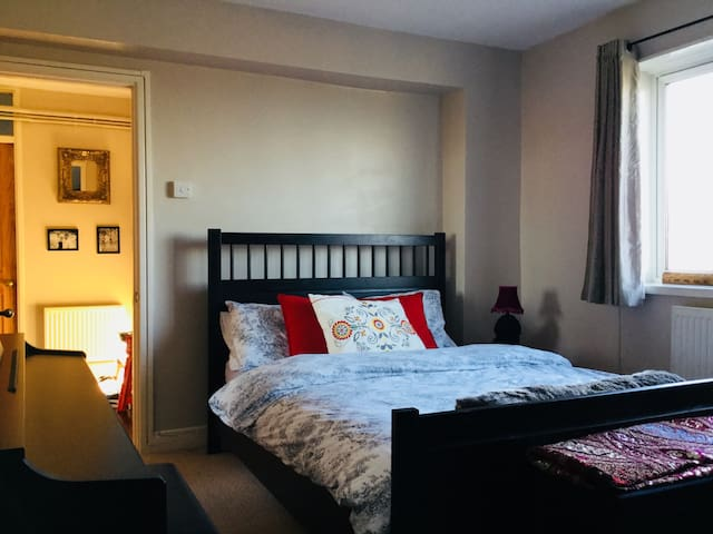 Spacious double bedroom in 2 bed flat
