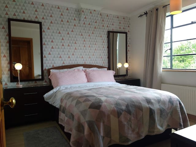 Double room in beautiful & welcoming Pinner house