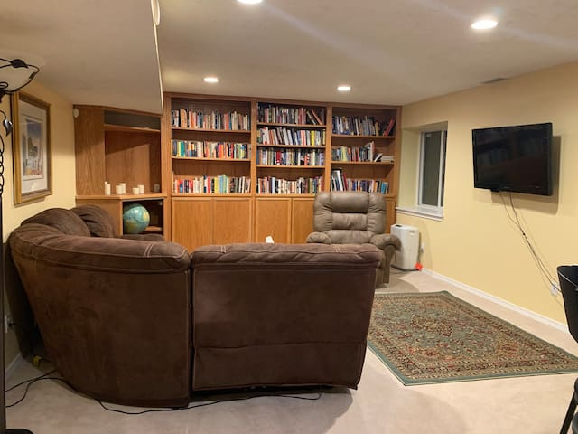 Private, Cozy Basement Suite in North Col Springs