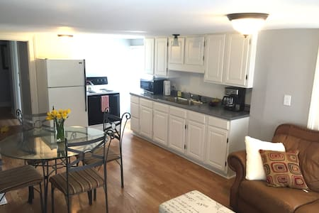 SUNNY PRIVATE 1 BEDROOM APARTMENT - 포틀랜드(Portland)