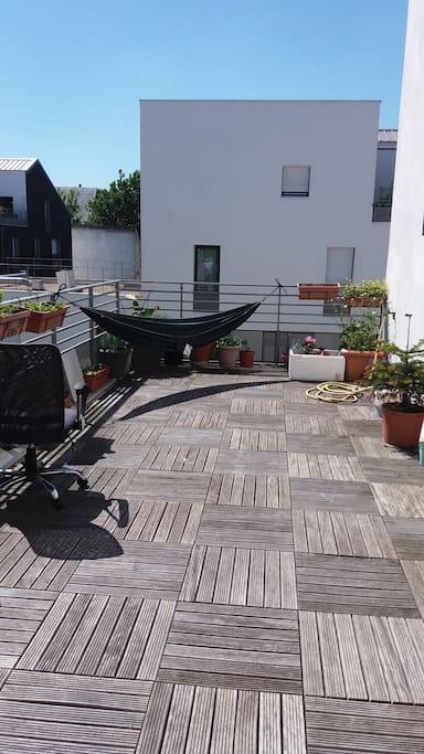 terrasse 24m2, un hamac est installé pendant l'été, orientation sud.
