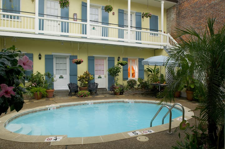 Quaint FQ Courtyard Hotel w 2 Pools - King Bed