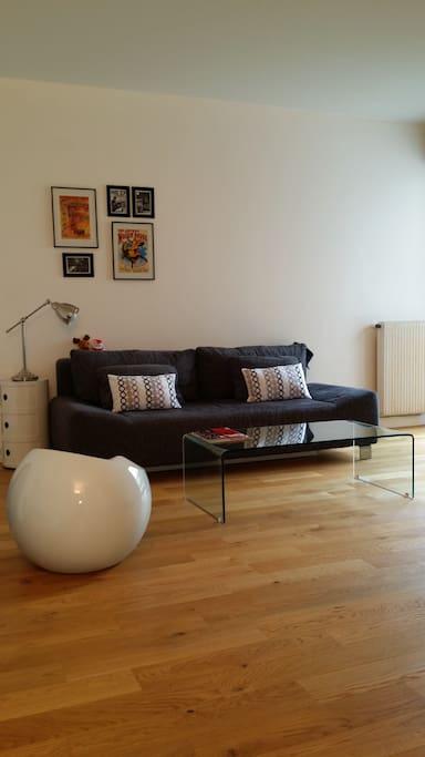 Salon avec télé, radio, lecteur CD et wifi, donnant sur une cours intérieur calme et arborée