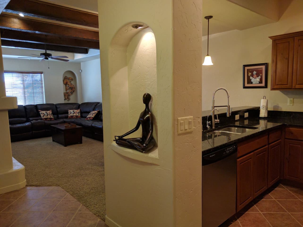 Our condo is located by two restaurants/wineries and a coffee café within walking distance. A few blocks down the road is Mesilla town square where Billy the Kid was once imprisoned and which now features several wonderful restaurants and shops.