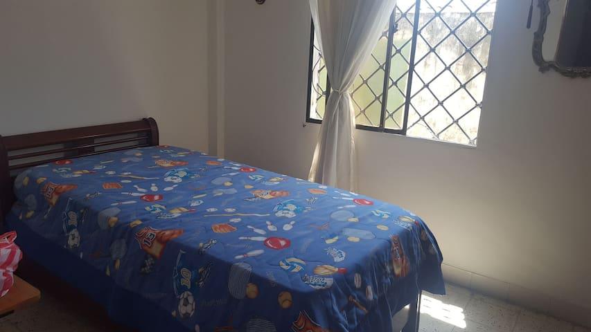 Habitacion cama sencilla comoda,fresca.Mujeres